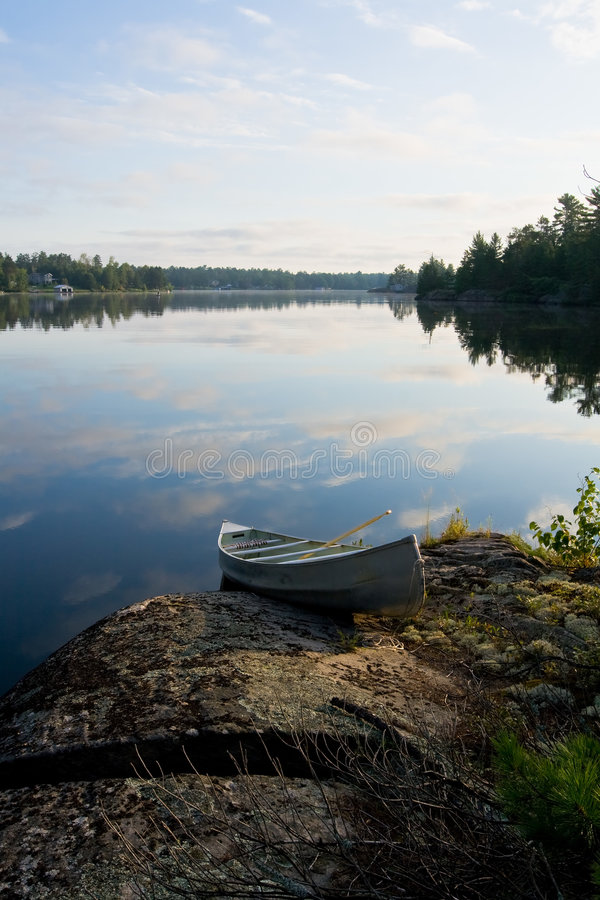 kanotsoluppgång arkivfoto