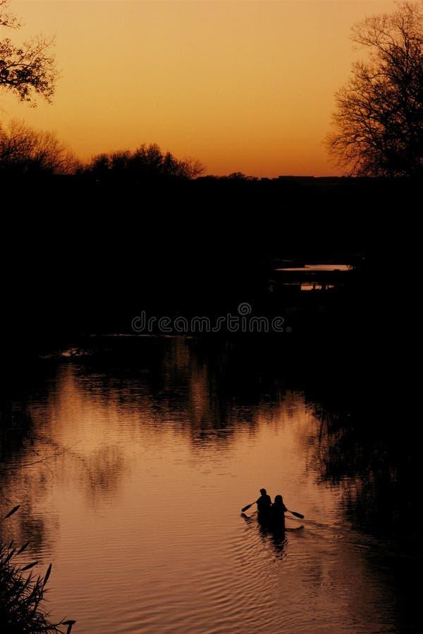 Kanovaarders bij zonsondergang royalty-vrije stock foto