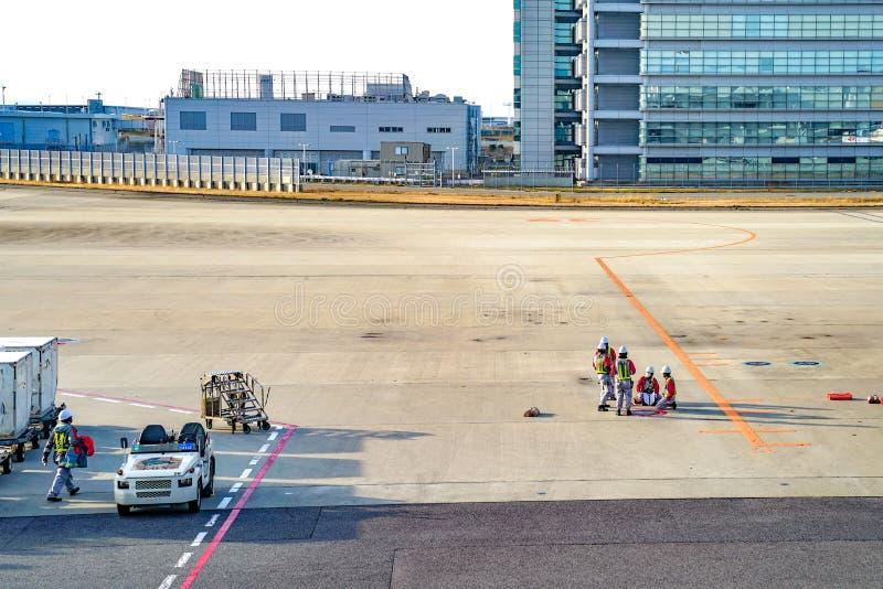 Kansai region, Osaka, Japonia - 4 Mącą 2018: Lokalny specjalisty lotniczego samolotu personel jest pracujący i spotykający na pol fotografia royalty free