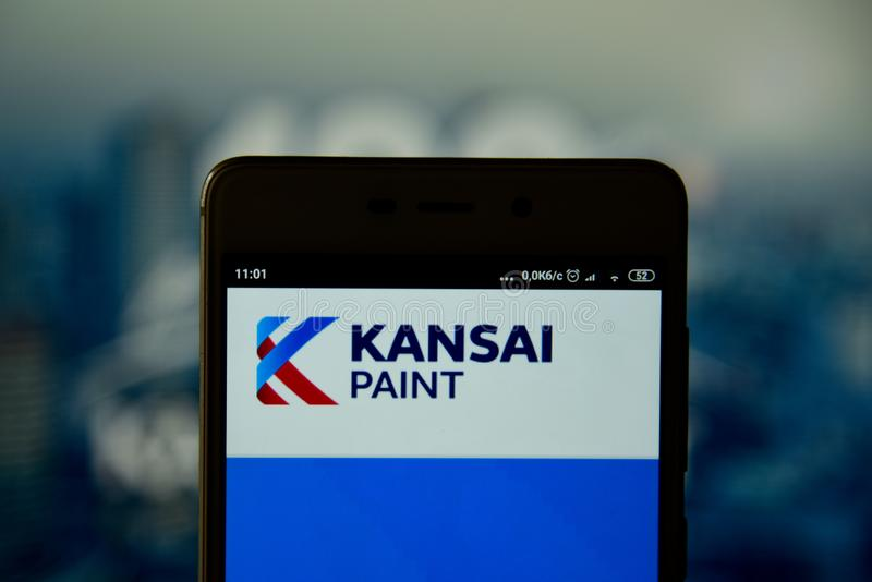 Kansai Verfembleem op smartphone wordt gezien die stock fotografie
