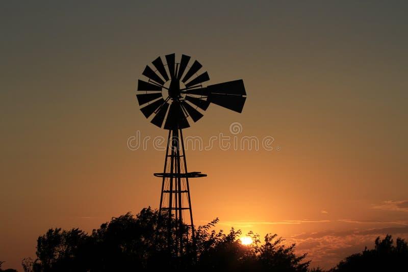 Kansas Blazing Sunset met boomsilhouettes en wolken royalty-vrije stock afbeeldingen