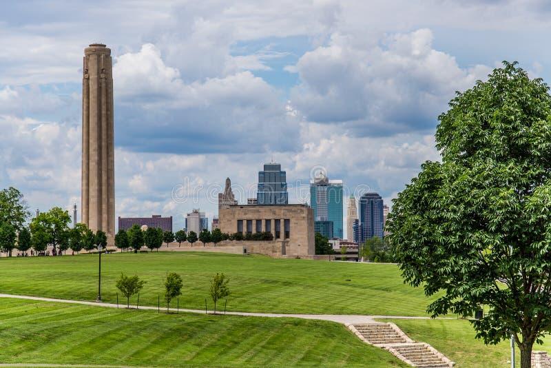 Kansas City horisont & Liberty Memorial royaltyfria bilder