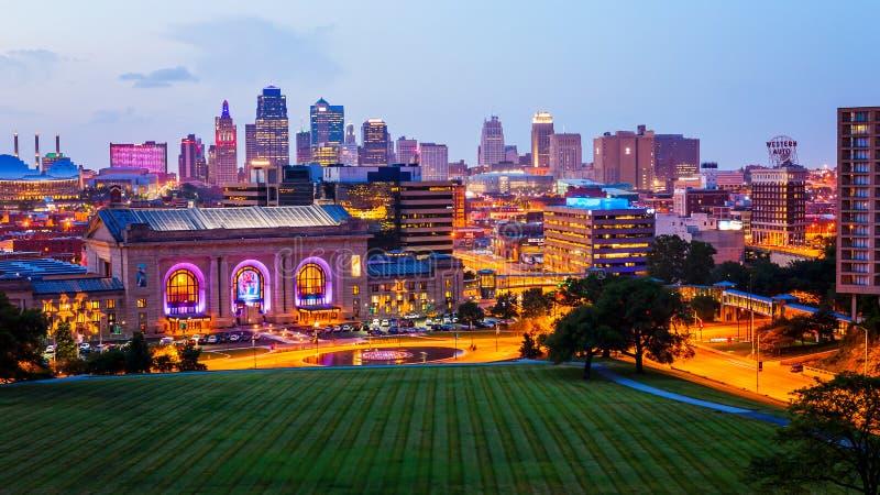 Kansas City, Missouri linia horyzontu przy nocą zdjęcie stock