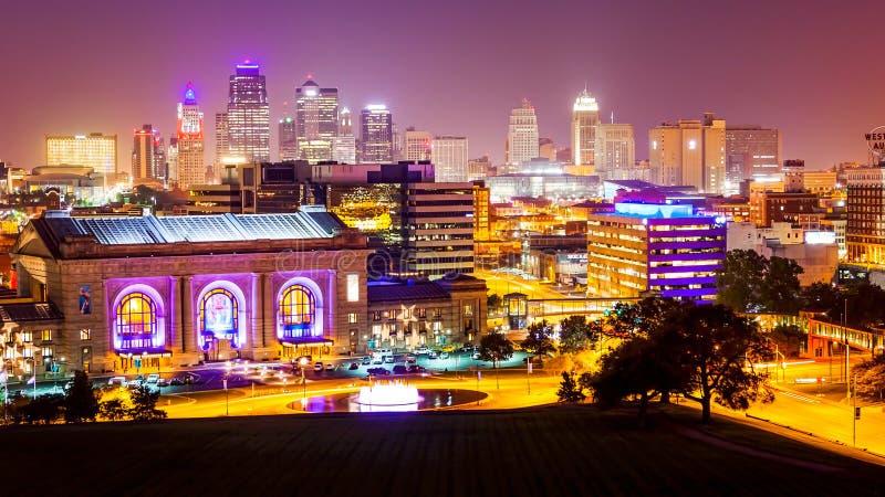Kansas City, Missouri linia horyzontu przy nocą zdjęcia royalty free