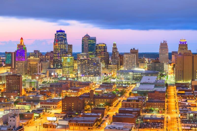 Kansas City, Missouri, usa w centrum pejzaż miejski przy zmierzchem obraz stock