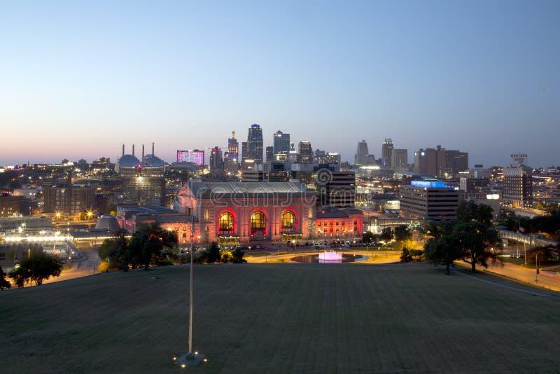 Kansas- Cityskylinenachtansicht Missouri-Staat USA stockbild