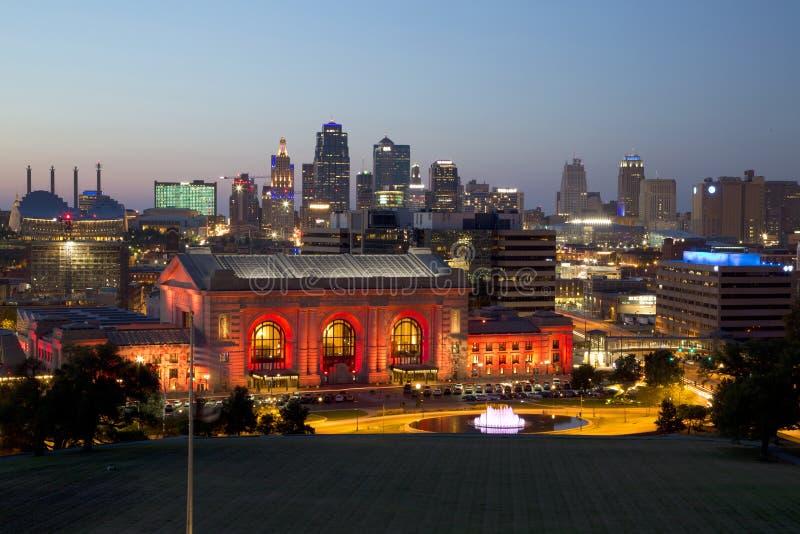 Kansas miasta linii horyzontu nocy widoku Missouri usa obraz royalty free