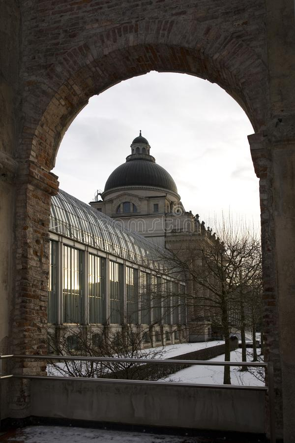Kanselarij van de Staat van Bayerischestaatskanzlei de Beierse van München in de winterlicht en sneeuw, München, Duitsland, Decem stock afbeeldingen