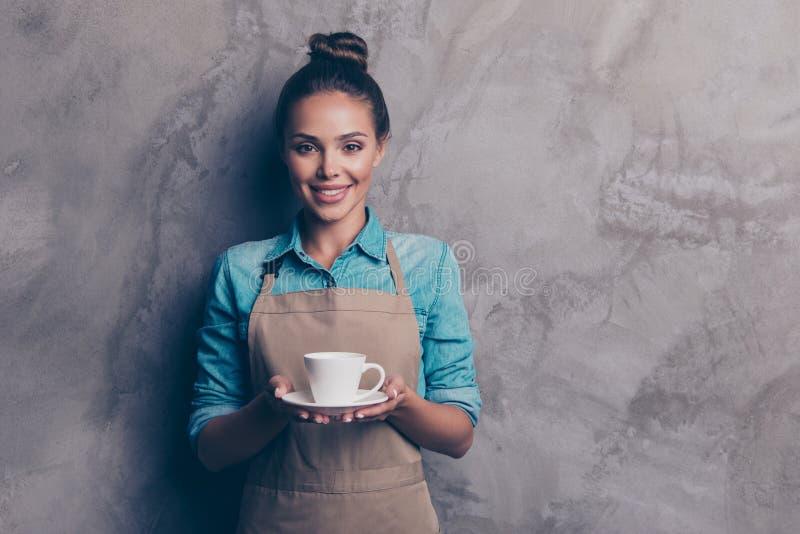 Kanske önskar du en kopp kaffeflicka som rymmer en drinksträckning arkivfoton