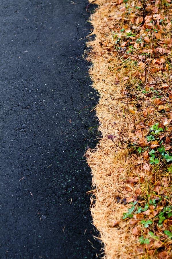 Kant av asfalt och visare fotografering för bildbyråer