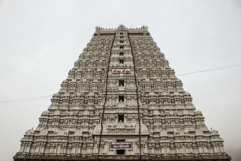Kant de lage hoek van Raja Gopuram van de Thiruvannamalaitempel mening van de de voor met een bewolkte hemel op de achtergrond stock afbeelding