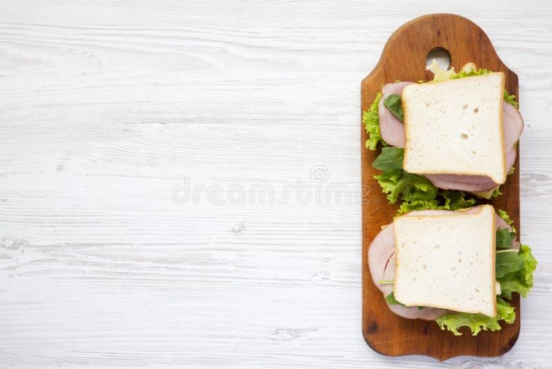 Kant-en-klare sandwiches op een houten raad, hoogste mening De ruimte van het exemplaar stock afbeelding
