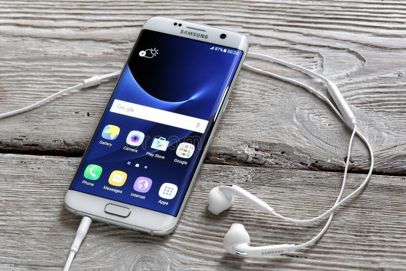 Kant för Samsung galax S7 på en tabell fotografering för bildbyråer