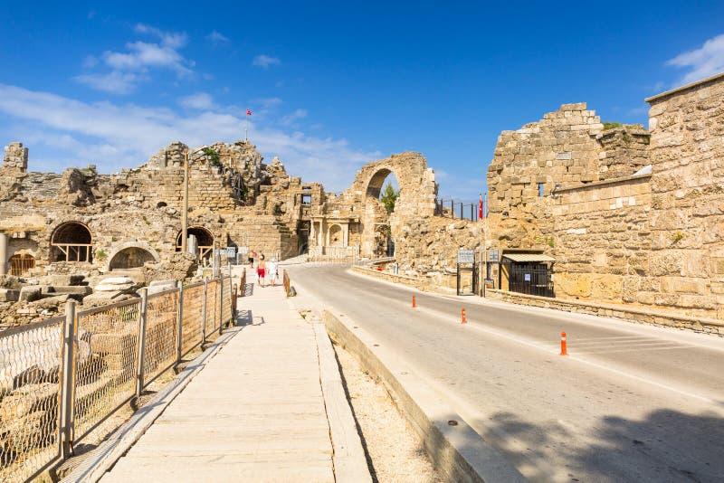 Kant, Turkije - Juni 11, 2018: Mensen op de hoofdweg aan Zijstad bij zonnige dag, Turkije De kant is een oude Griekse stad op stock afbeelding