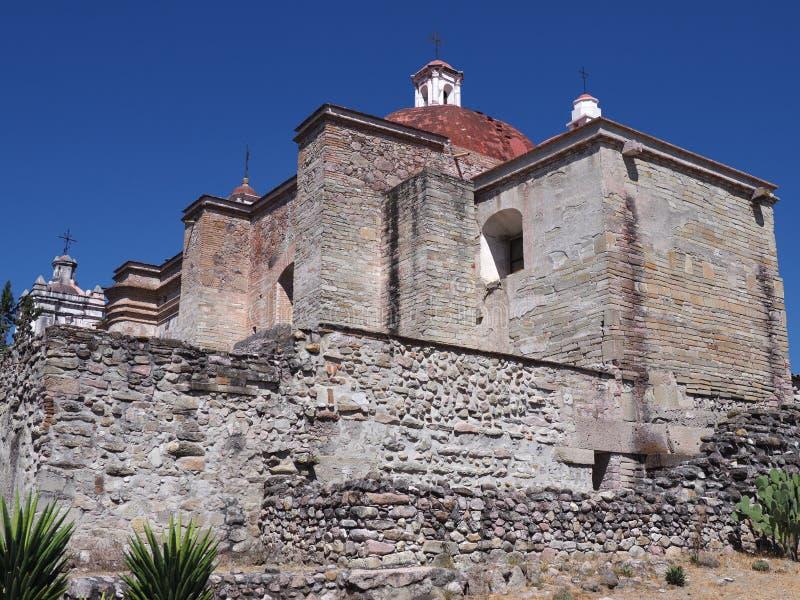 Kant van de kerk van San Pedro in Mitla-stad bij archeologische plaats van Zapotec-cultuur op Oaxaca-landschap, Mexico stock foto's