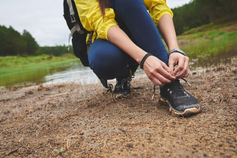 Kant van de wandelaar het bindende schoen stock foto