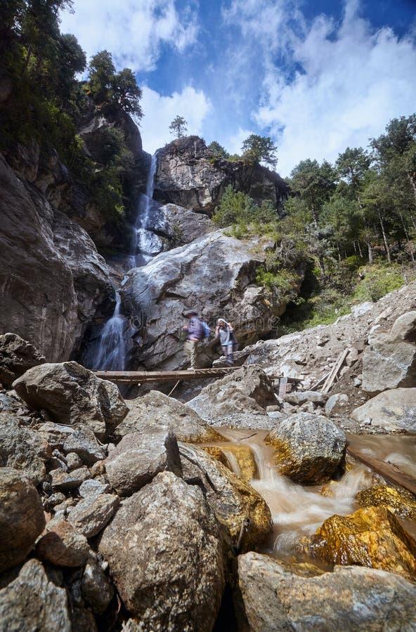 Kant van de wegwaterval Nepal, Himalayagebergte, Everest-de Trekking van het Basiskamp, het Nationale Park van Sagarmatha stock foto
