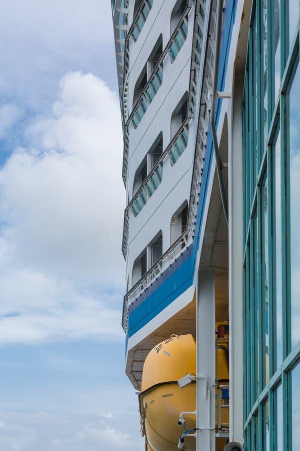 Kant van het Schip van de Luxecruise met Reddingsboot stock fotografie