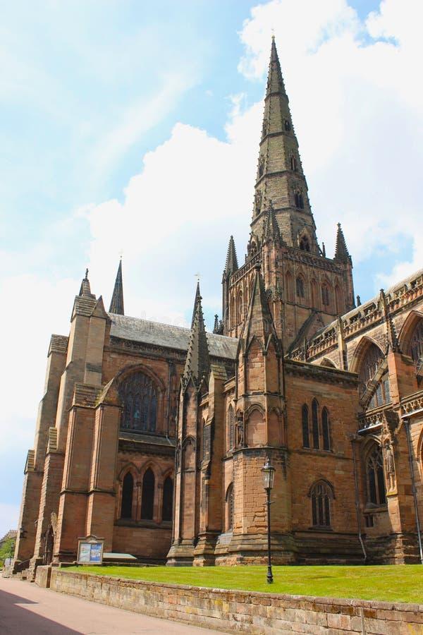 Kant van Lichfield-Kathedraal in Staffordshire, Engeland wordt geschoten dat stock foto's