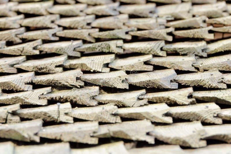 Kant van mening over oud dak met houten dakspanen Textuur Close-up royalty-vrije stock fotografie