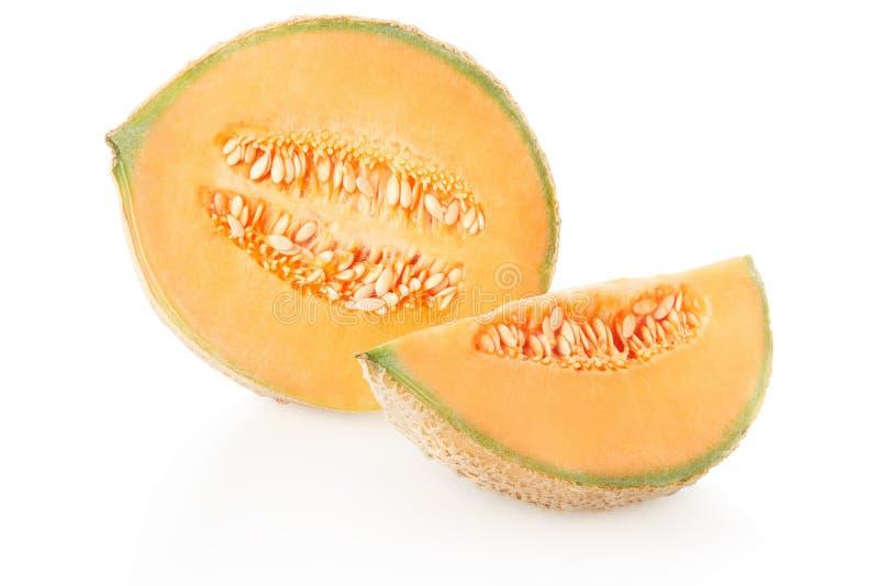 Kantaloep halve meloen en plak met zaden op wit stock afbeeldingen