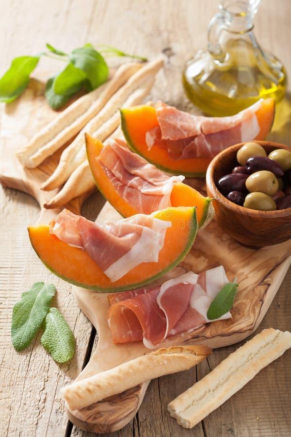 Kantalupa melon z prosciutto grissini oliwkami włoski appeti zdjęcie royalty free
