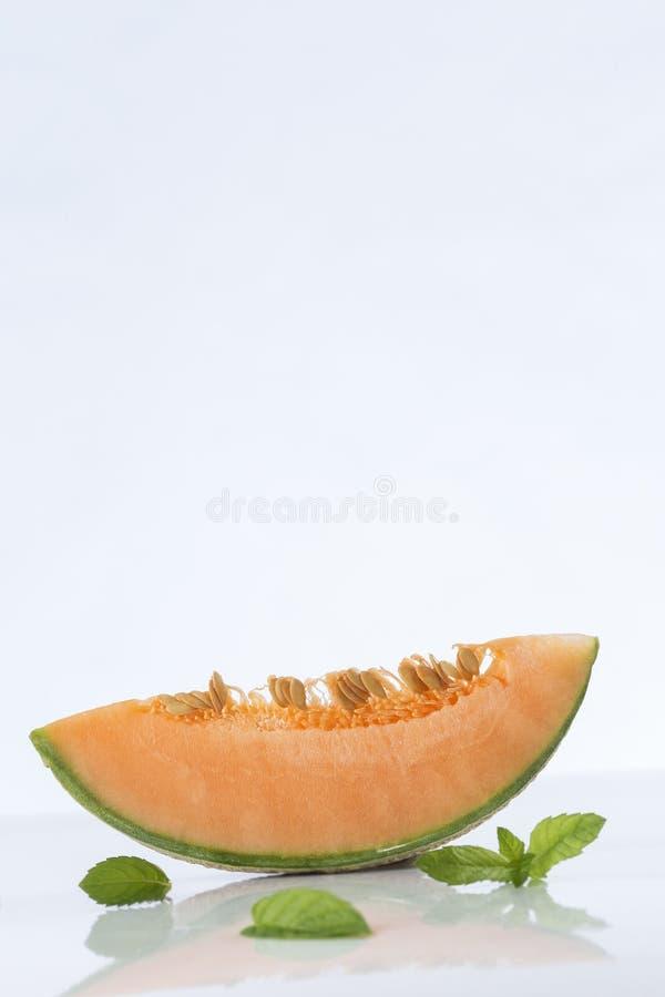 Kantalupenmelonenscheiben mit Kopienraum stockfotos