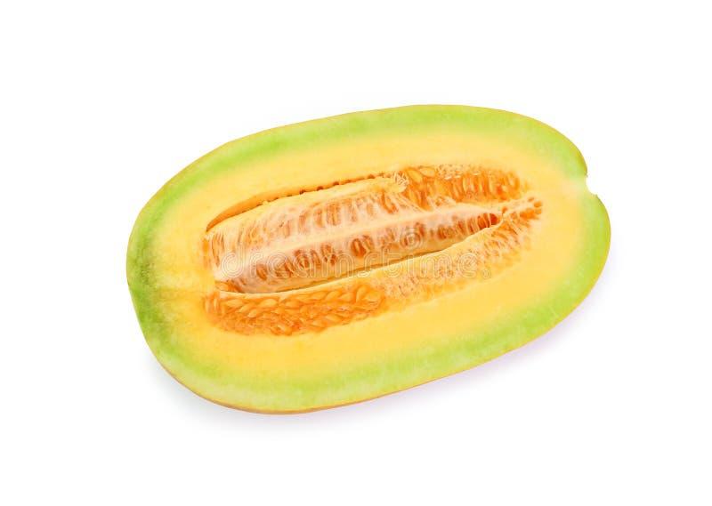 Kantalupenmelonenschnitt zur Hälfte schauend gesund und köstlich, lokalisiert auf weißem Hintergrund lizenzfreies stockfoto