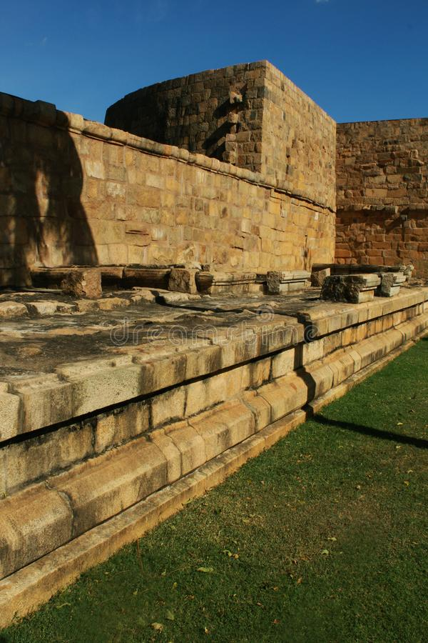 Kantelen en ruïnes van de oude Brihadisvara-Tempelmuur in Gangaikonda Cholapuram, India royalty-vrije stock foto's