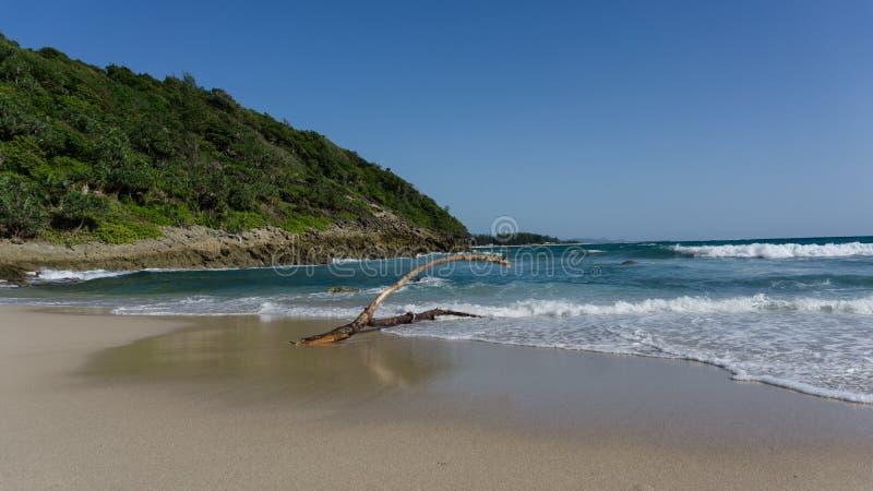 kanten av ön och sandstranden arkivfoton