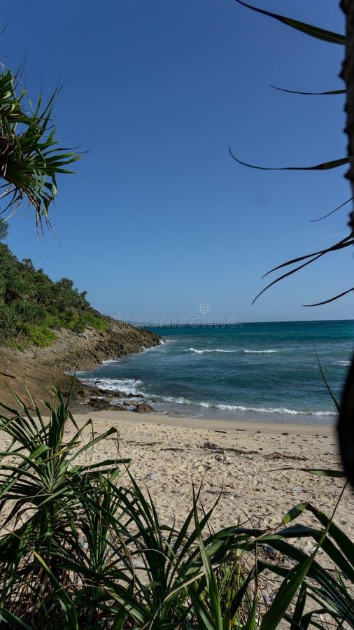 Kanten av ön och vågorna royaltyfri bild