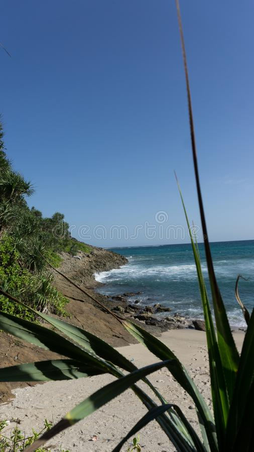 kanten av ön och vågorna royaltyfri fotografi