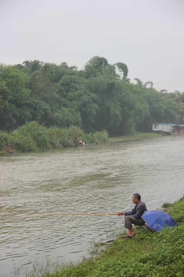 Kanten av den Lijiang River fiskegamala mannen i guiLin,chinaï ¼ ŒAsia arkivbild