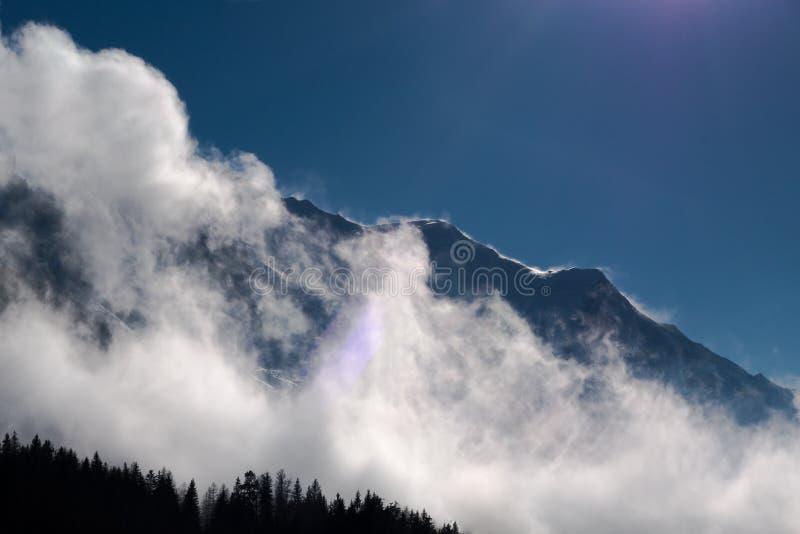 Kanten för det massivMont Blanc berget sopade vid starka vindar delvist arkivfoton