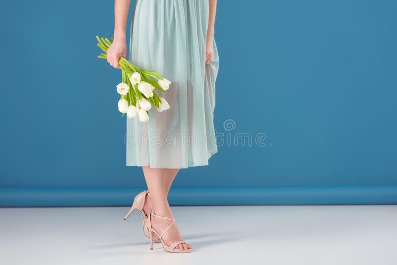 kantjusterad bild av den hållande buketten för flicka av tulpan royaltyfria foton