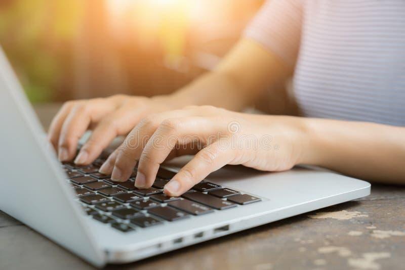 Kantjusterad bild av den yrkesmässiga affärskvinnan som arbetar på hennes kontor via bärbara datorn, ung kvinnlig chef som använd royaltyfri bild
