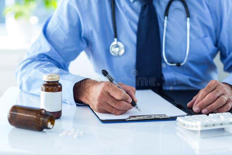 Kantjusterad bild av det manliga doktorshandstildokumentet i sjukhus arkivfoton