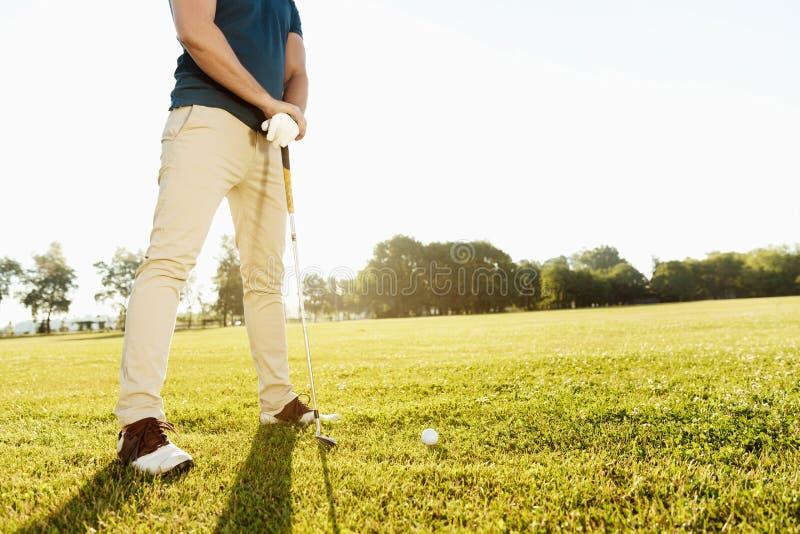 Kantjusterad bild av en golfare som får klar royaltyfria bilder
