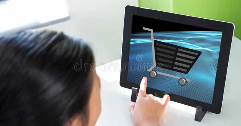 Kantjusterad bild av för shoppingvagn för person den rörande symbolen på minnestavlaPC royaltyfri illustrationer