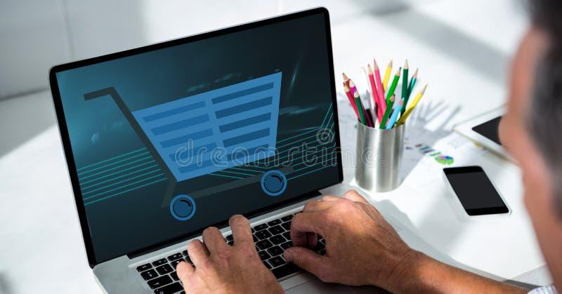 Kantjusterad bild av mannen som använder bärbara datorn med symbolen för shoppingvagn på skärmen stock illustrationer