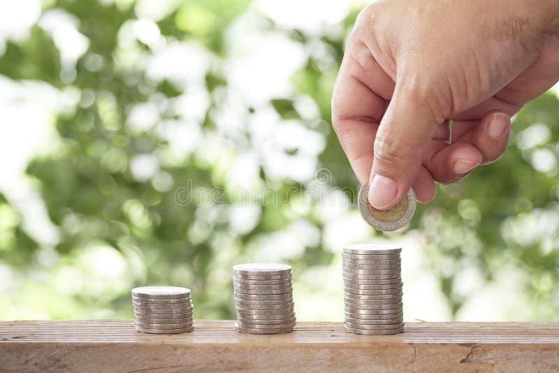 Kantjusterad hand som staplar mynt fotografering för bildbyråer