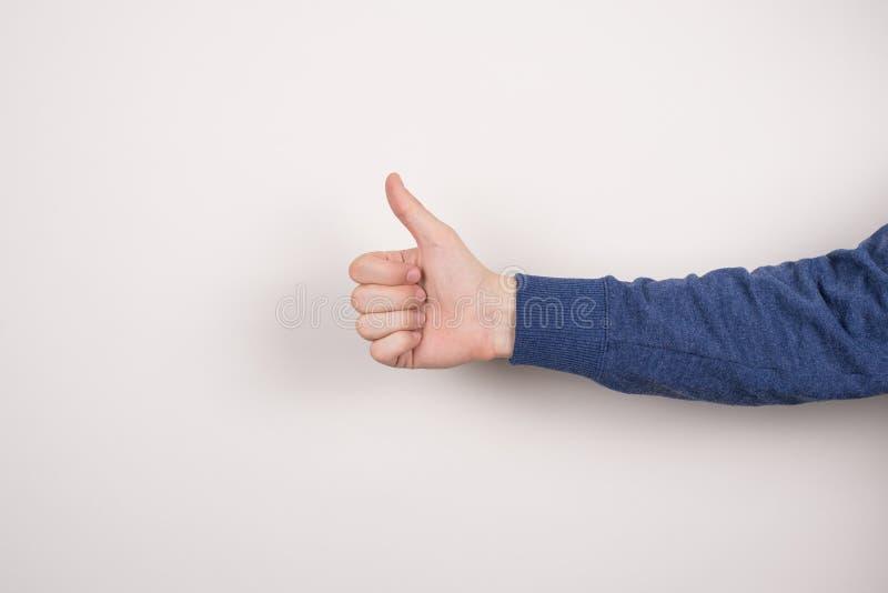 Kantjusterad n?rbildfotobild av den s?kra stiliga smarta klyftiga aff?rsmanfreelanceren som g?r att ge thumbup isolerade gr? f?rg royaltyfri bild