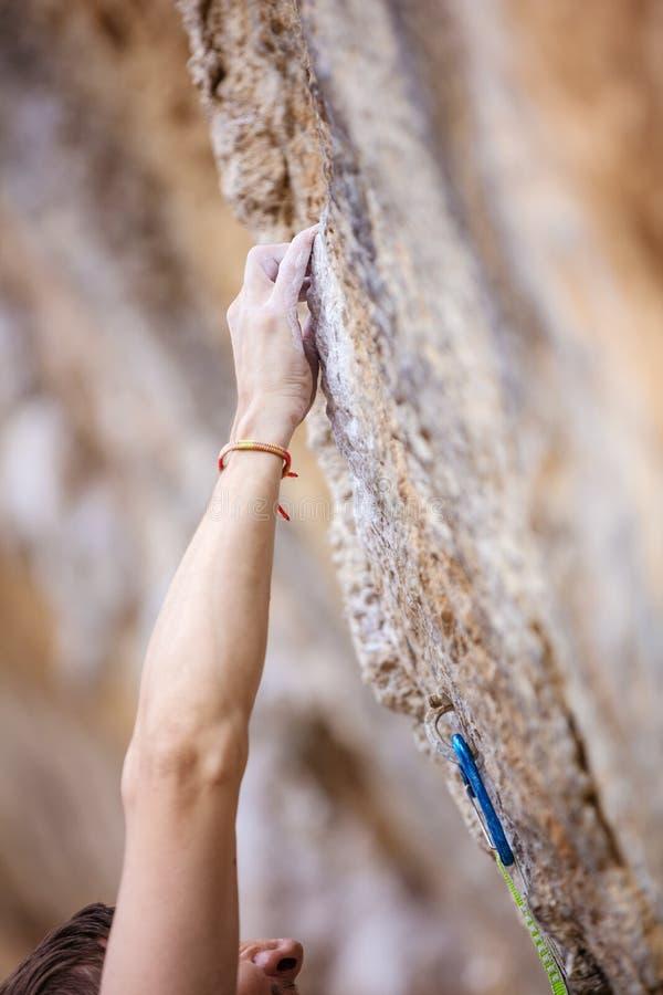 Kantjusterad sikt av climber& x27; s-hand arkivbilder