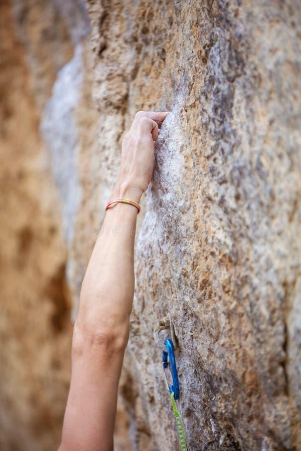 Kantjusterad sikt av climber& x27; s-hand royaltyfri fotografi
