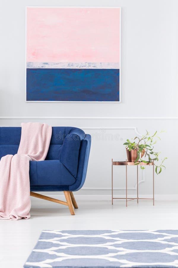Kantjusterad soffa och tabell royaltyfri fotografi