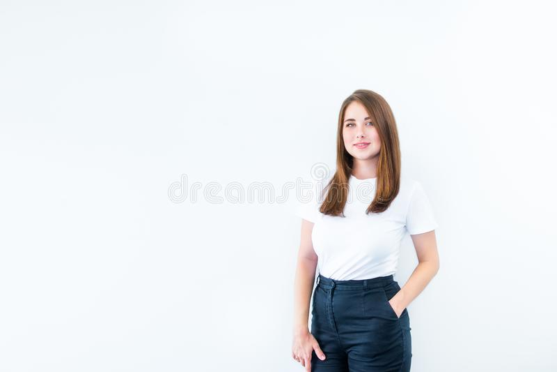 Kantjusterad stående av lyckligt plus den caucasian le unga kvinnan för format som ser kameran och att posera som isoleras över v royaltyfri foto