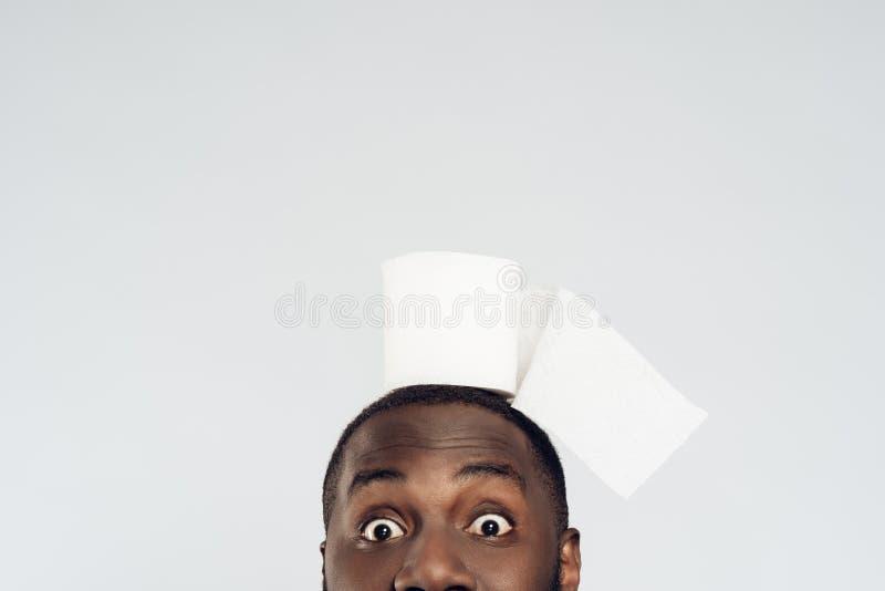 Kantjusterad svart manhållrulle av toalettpapper royaltyfria foton