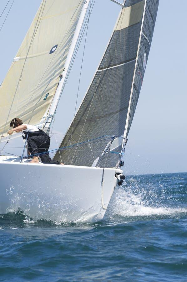 Kantjusterad yacht som konkurrerar i Team Sailing Event arkivbild