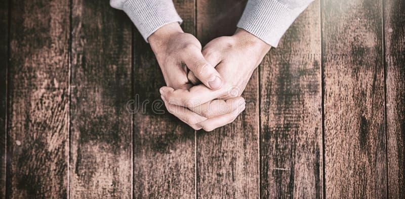 Kantjusterade händer av att be för man arkivfoto