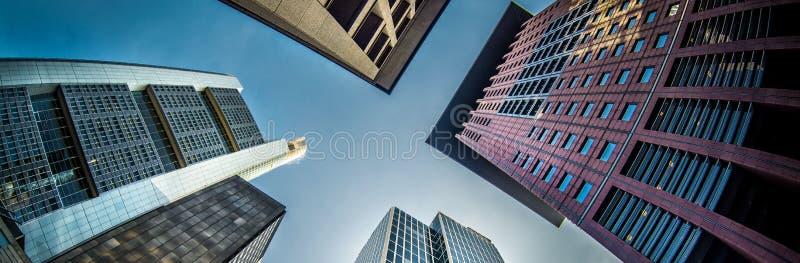 Kantjusteras siktsskyskrapor av Frankfurt - - strömförsörjning, Tyskland royaltyfria foton